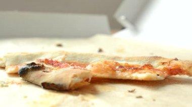 Pizza leftovers accumulate in pizza box - closeup — Stockvideo