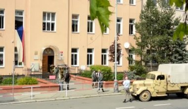 PRAGUE, CZECH REPUBLIC - MAY 2, 2015: reenactment performance battle of World War II on the street - prisoners of war walking away from building — Stockvideo