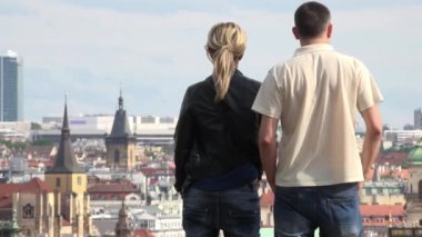 PRAGUE, CZECH REPUBLIC - MAY 2, 2015: tourists (couple) look at the city - panorama - people walking — Stock Video