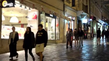 PRAGUE, CZECH REPUBLIC - MAY 30, 2015: night city - urban street (pavement) with walking people - stores — Stock Video