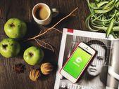 Tasse Kaffee, grünen Äpfeln, Magazin und Iphone mit Clashot — Stockfoto