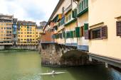 Glimpse of Arno river at  Ponte Vecchio in Florence on a cloudy  — Stock Photo