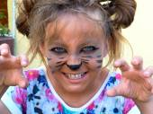 Girl painted as a kitten, growling showing teeth. — Stock Photo