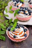 Homemade cupcakes with icing and blueberries — Stock Photo