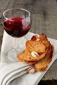 Dünne Croutons Pistazien und ein Glas Rotwein — Stockfoto