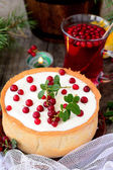 Weißer schoko-käsekuchen-torte mit preiselbeeren — Stockfoto