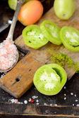 Verschiedene Sorten von Tomaten auf hölzernen Hintergrund. — Stockfoto