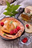 オランダの赤ん坊のパンケーキ アップル シナモンと新鮮なラズベリー — ストック写真