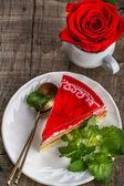 Strawberry cheesecake på vit bakgrund — Stockfoto