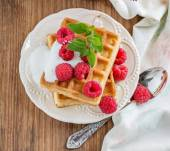 Crispy wafers with cream and fresh raspberries for breakfast — Stock Photo