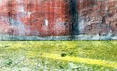 Betonowe ściany grunge i zielony zanieczyszczonej wody w ziemi — Zdjęcie stockowe