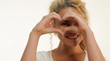 Mulatto woman showing heart shape gesture — Stock Video