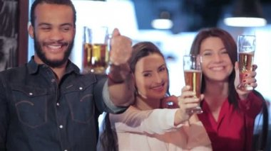 Young company lifts up a glass of beer — Stock Video