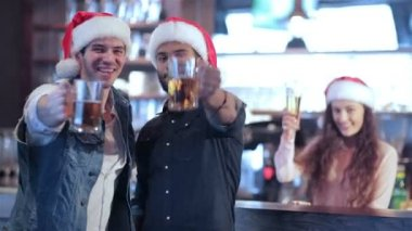 Two friends in Santa hats and the girl behind the bar is welcomed new friends — Stock Video