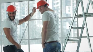 Two workers make repairs in a new apartment — Stock Video