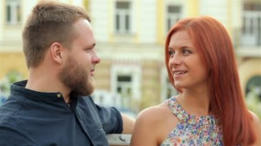 Casal apaixonado, sentado no banco — Vídeo stock