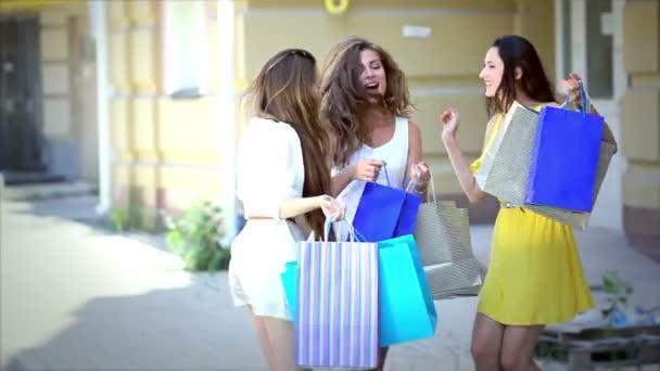 Видео три красивых девушки и парень фото 161-480