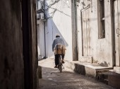 Man biking on one of the streets of Stone Town — Stock Photo