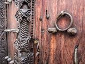 Traditional wooden carved door — Stock fotografie