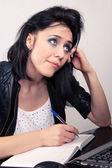 Office Worker Mädchen arbeitet an einem Computer und nicht Datensätze in ein Tagebuch auf weißem Hintergrund — Stockfoto