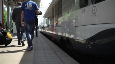 MINSK, BELARUS - City Train. MAY 2014: Train arrives at station. Passengers enter train car. Train departs — Stock Video