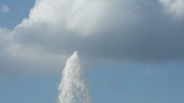 Water Fountain. Water Soars Upward Against Of Blue Sky With Clouds. — Stock Video
