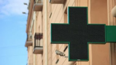 Pharmacy sign with LED backlight on the street. — Vídeo stock