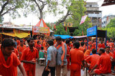 Varanasi colorful pilgrimage by orange holy men — Foto de Stock