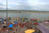 Varanasi colorful pilgrimage by orange holy men — Stock Photo