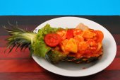 Sweet and sour shrimp in pineapple thai style — Стоковое фото