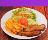 Grilled beef and french fries thai style — 图库照片