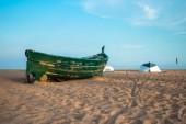 Zelený rybářský člun na pláž a modré nebe — Stock fotografie