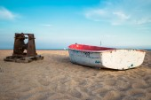 Small fishing boat on the beach and blue sky — Foto Stock