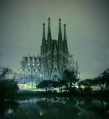 La Sagrada Familia cathedral at night — Stock Photo