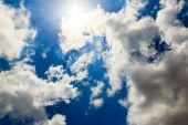 bright clouds with blue sky ,sun rays — ストック写真