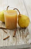 Ripe pears and juice — Stock Photo