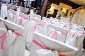 Židle pro svatební obřad v krásné hedvábné obaly s lukem — Stock fotografie