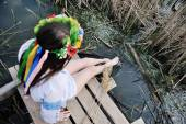Девушка смачивает ноги в реке. Девочка сидит на мосту в U — Стоковое фото