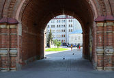 Kazan. View of the city courtyard through the arch of the bell tower of the Church of the Epiphany — Foto de Stock