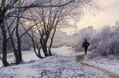Um homem volta para casa da pesca no inverno — Fotografia Stock