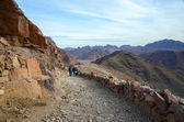 Tourists descend on the long trail to Mount Moses, Egypt — Stock Photo