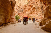 Tourists ride in carriage and go through gorge in Petra, Jordan — Stock Photo