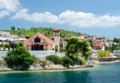 Greece, Sithonia, view of church on waterfront in Neos Marmaras — Stock Photo