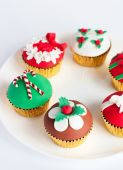Decorated gumpaste cupcakes on white plate — Stock Photo
