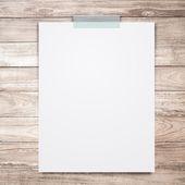Ahşap doku arka plan boş beyaz kağıt levha sopa. — Stok fotoğraf