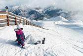 Junge weibliche Skifahrer, bewundern die atemberaubende Aussicht — Stockfoto