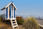 Striped blue beach hut on Filey promenade — Stock Photo