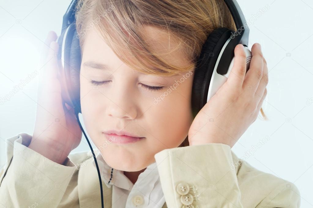 男孩听音乐 — 图库照片08iconogenic#61967137
