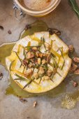 Delicious pieczony camembert z miodem, orzechami, zioła i gruszki — Zdjęcie stockowe