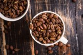 Grains de café dans une tasse — Photo